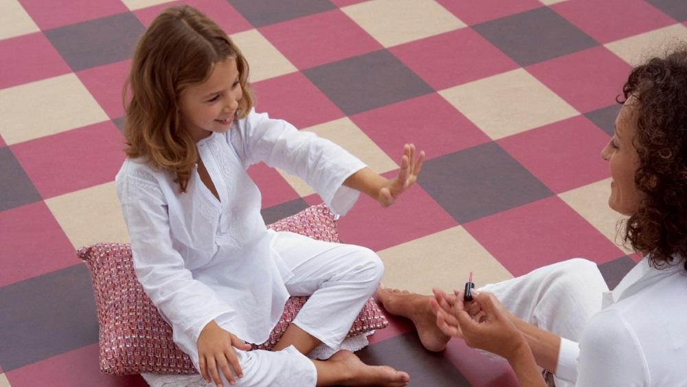 Marmoleum Click als modernes Linoleum Parkett bietet alle Eigenschaften, die im Kinderzimmer von Vorteil sind